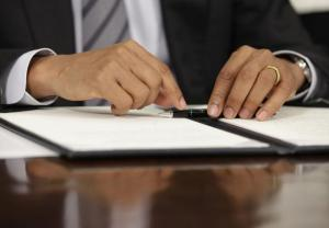 President-Obama-signs-executive-order-cutting-spending_1_1